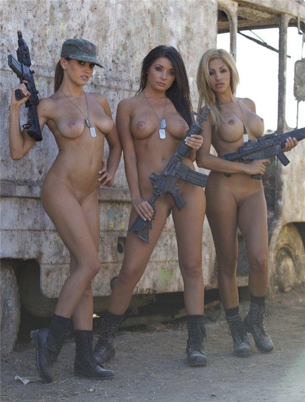 Сексуальные девушки в армии оголили свои знойные тела и решили пройти учени
