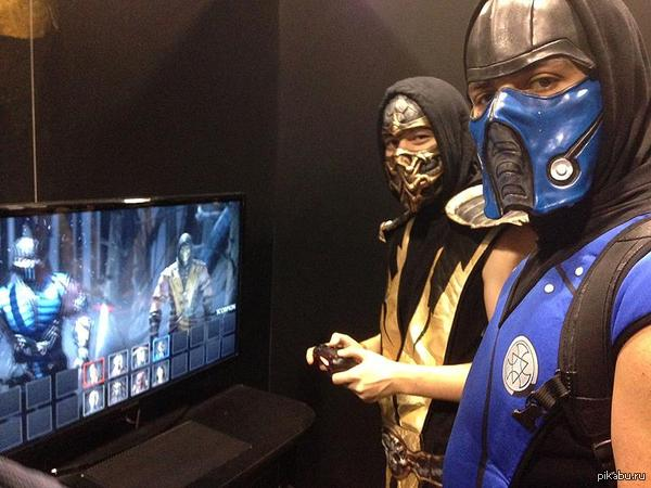 Как бы за джойстик не сцепились...   Mortal kombat, PS4, scorpion, Sub-zero