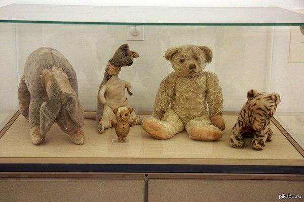Винни Пух и его друзья, которых Алан Милн подарил своему сыну Кристоферу между 1920 и 1922 годами.   Винни Пух, и все-все-все