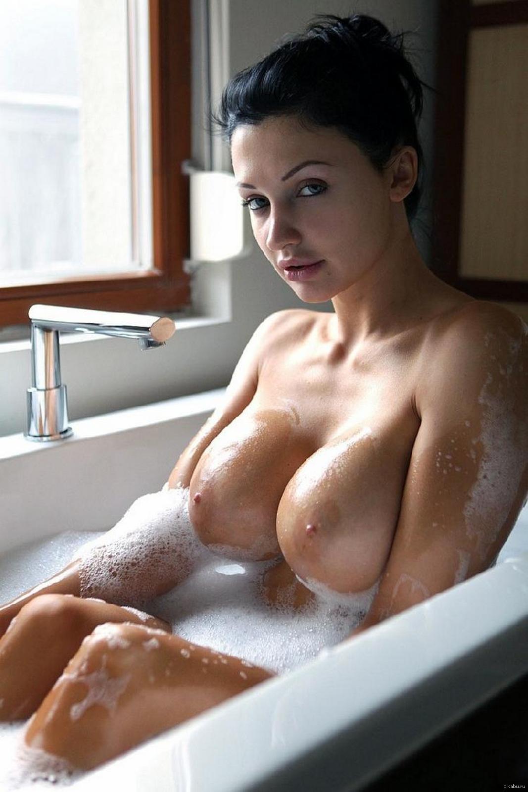 Сиськи в ванной большие