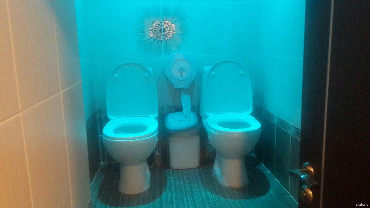 Подружки в туалете